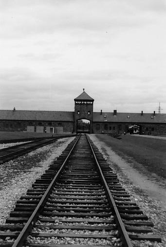 Das Tor von Auschwitz II Birkenau